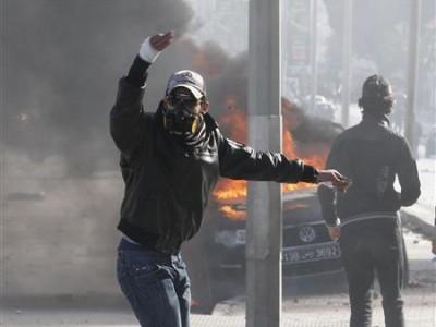 Un manifestante gesticula durante un enfrentamiento con la policía en las cercanías donde el líder opositor Chokri Belaid está enterrado en el distrito Jebel Jelloud de Túnez, feb 8 2013