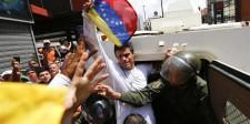 El líder de la oposición venezolana Leopoldo López luego de entregarse a la Guardia Nacional en Caracas
