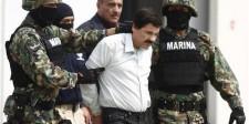 """Joaquín """"El Chapo"""" Guzmán (en la fotografía al centro) es escoltado por soldados durante una presentación en una base aérea de la Marina en Ciudad de México."""