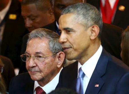 En la imagen, el presidente cubano, Raúl Castro (I) junto a su par estadounidense, Barack Obama, en el marco de la Cumbre de las Américas en Ciudad de Panamá