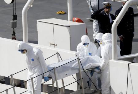 Personal de la Guardia Costera transporta el cuerpo de un inmigrante muerto desde la cubierta del barco Bruno Gregoretti en Senglea, Malta