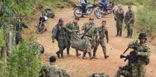 Miembros del ejército trasladando los cuerpos de compañeros muertos tras un ataque rebelde en el pueblo de La Esperanza, el 15 de abril de 2015. La guerrilla colombiana de las FARC suspendió el viernes el cese unilateral del fuego después del bombardeo de las Fuerzas Militares en el que murieron 26 insurgentes y anunció que continuará la negociación de paz con el Gobierno en medio de la confrontación. REUTERS/Jaime Saldarriaga