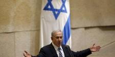 El primer ministro de Israel, Benjamin Netanyahu, habla en el Parlamento en Jerusalén. 4 de mayo de 2015. Netanyahu logró el miércoles un acuerdo para formar un nuevo gobierno justo antes de que expirara el plazo, pero su coalición tendrá una mayoría muy ajustada en el Parlamento. REUTERS/Ronen Zvulun