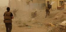Fuerzas de seguridad iraquíes defienden su cuartel de un ataque del Estado Islámico en Ramadi, mayo 14 2015. Militantes de Estado Islámico izaron el viernes su bandera negra sobre el complejo del gobierno local en la ciudad iraquí de Ramadi, luego de invadir gran parte de la capital provincial en el oeste de Irak.  REUTERS/Stringer