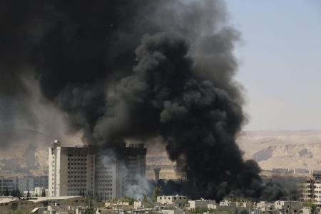 Fuerzas de operaciones especiales de Estados Unidos mataron a un importante líder del Estado Islámico que ayudaba a dirigir las actividades de petróleo, gas y de finanzas en una incursión en el este de Siria, dijeron el sábado funcionarios estadounidenses. En la imagen, combates entre las fuerzas del presidente Al Assad y los insurgentes, en una fotografía de archivo tomada el 16 de mayo de 2015. REUTERS/Amer Almohibany