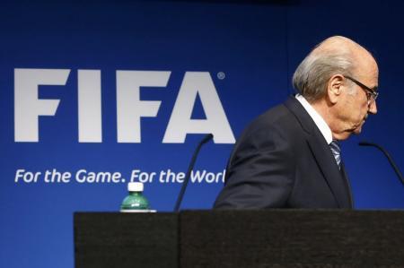 Joseph Blatter se va luego de su discurso durante una conferencia de prensa en la sede de la FIFA, en Zúrich, Suiza, 2 de junio de 2015. Joseph Blatter renunció el martes a su cargo como presidente de la FIFA, cuatro días después de ser reelecto para un nuevo  periodo y en medio del escándalo de corrupción que sacude al organismo. REUTERS/Ruben Sprich