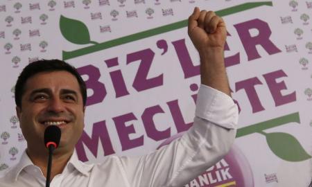 Selahattin Demirtas, copresidente formación prokurda Partido de la Democracia de los Pueblos (HDP) celebra los resultados en la sede del partido en Estambul, 7 de junio de 2015. Las esperanzas del presidente turco, Recep Tayip Erdogan, de asumir poderes más amplios sufrieron el domingo un serio revés cuando el partido gobernante AKP no consiguió una mayoría absoluta en las elecciones parlamentarias, según mostraron los resultados preliminares. REUTERS/Murad Sezer
