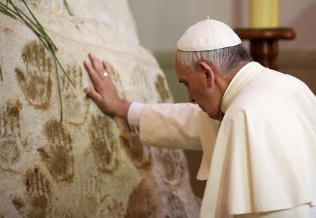 El Papa Francisco reza frente a la Virgen de Caacupé en la localidad del mismo nombre, a unos 60 kilómetros de la capital paraguaya Asunción, 11 de julio, 2015. REUTERS/Alessandro Bianchi