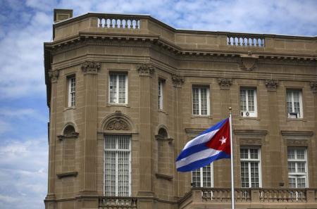 La bandera cubana izada sobre su nueva embajada en Washington, 20 de julio de 2015. La bandera cubana fue izada el lunes en la embajada de La Habana en Washington por primera vez en 54 años luego de que Estados Unidos y Cuba restablecieron formalmente sus relaciones, abriendo un nuevo capítulo entre ambos ex enemigos de la Guerra Fría. REUTERS/Carlos Barria