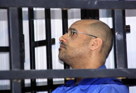 """Saif al-Islam Gaddafi, hijo de Muammar Gaddafi, durante una audiencia en unna corte en Zinta, 25 de mayo de 2014. Una corte libia condenó el martes """"en ausencia"""" a pena de muerte al hijo más conocido de Muammar al-Gaddafi, Saif al-Islam, por reprimir las protestas pacíficas durante la revolución del país en 2011 que terminó con el Gobierno de su padre. REUTERS/Stringer"""