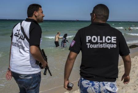 En la imagen de archivo, policías turísticos patrullan la playa de Susa en Túnez. 1 de julio de 2015. El presidente tunecino, Beji Caid Essebsi, declaró el sábado el estado de emergencia para dar a su Gobierno más autoridad tras un ataque islamista contra un hotel de playa, donde murieron 38 turistas extranjeros, la mayoría británicos. REUTERS/Zohra Bensemra