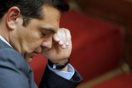 El primer ministro griego, Alexis Tsipras, se enfrenta una rebelión creciente dentro de su partido de izquierda Syriza después de que el Parlamento aprobase el tercer rescate financiero del país en cinco años. En la imagen, Tsipras durante la sesión nocturna en el Parlamento de Atenas el 14 de agosto de 2015. REUTERS/Christian Hartmann