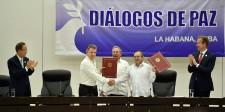 El Presidente Juan Manuel Santos y Rodrigo Londoño, jefe de las Farc, acompañados por el Presidente de Cuba, Raúl Castro, exhiben el Acuerdo para el Cese al Fuego y de Hostilidades Bilateral y Definitivo y la Dejación de las Armas.
