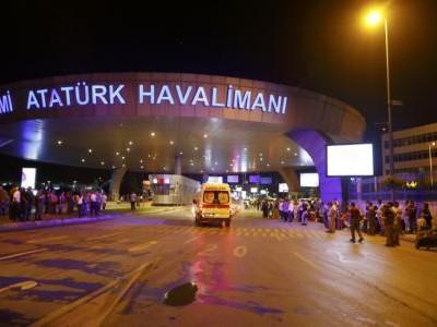 Una ambulancia llegando al Aeropuerto Internacional Ataturk, en Estambul. 28 de junio de 2016. Dos explosiones estremecieron el martes al principal aeropuerto internacional de Estambul y los primeros reportes indicaron que había 10 muertos y unos 20 heridos, en lo que parecía ser el último de una serie de ataques a la mayor ciudad de Turquía este año. REUTERS/Osman Orsal