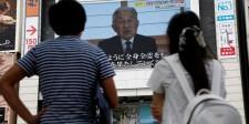 El emperador japonés Akihito, de 82 años, dijo el lunes en un excepcional mensaje de vídeo dirigido a la nación que le preocupaba que la edad pudiera dificultarle llevar a cabo plenamente sus obligaciones. En la imagen, dos personas miran en una pantalla gigante el discurso del emperador en Tokio el 8 de agosto de 2016. REUTERS/Kim Kyung-Hoon