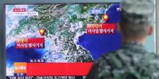 Un soldado surcoreano mira un noticiario donde se reporta actividad sísmica producida por la prueba nuclear de Corea del Norte, en una estación de trenes en Seúl, Corea del Sur. 9 de septiembre de 2016. El Consejo de Seguridad de Naciones Unidas mantendrá una reunión a puertas cerradas el viernes por la tarde sobre la prueba nuclear que realizó Corea del Norte, dijeron diplomáticos. Kim Ju-sung/Yonhap via REUTERS