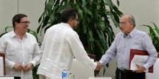 El líder del equipo negociador de la guerrilla colombiana de las FARC, Iván Márquez (centro), y el líder del equipo negociador del Gobierno, Humberto de la Calle, se saludan luego de firmar un nuevo acuerdo de paz en La Habana, Cuba, 12 de noviembre de 2016. El Gobierno de Colombia y la guerrilla izquierdista de las FARC firmaron el sábado un nuevo acuerdo de paz después de varias semanas de discusiones en Cuba para ajustar el pacto inicial que fue rechazado en un plebiscito, un nuevo intento para acabar con el conflicto armado interno más antiguo de América Latina. REUTERS/Enrique de la Osa