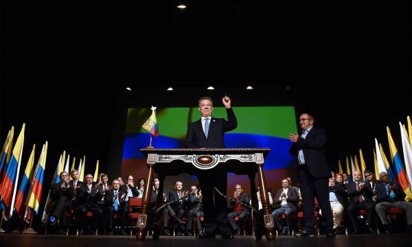 El Presidente de la República, Juan Manuel Santos Calderón, se dispone a firmar el Acuerdo Final para la Terminación del Conflicto y la Construcción de una Paz Estable y Duradera en una ceremonia cumplida en eLTeatro Colón de Bogotá
