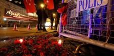 En la imagen, flores en la entrada de la discoteca donde se realizó el ataque en Estambul, el 1 de enero de 2017. Estado Islámico se atribuyó la responsabilidad por el ataque del domingo a una fiesta de Año Nuevo en un club nocturno de Estambul que dejó 39 muertos, dijo el grupo yihadista en un comunicado el lunes.  REUTERS/Umit Bektas